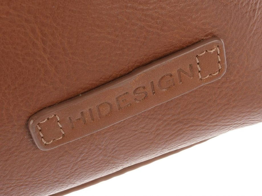 A close up photo of the HiDesign logo on Fitch 03 Tan leather holdall bag